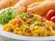 Рецепта Бъркани яйца с колбас (салам, шунка, луканка или бекон), сирене и зелен лук